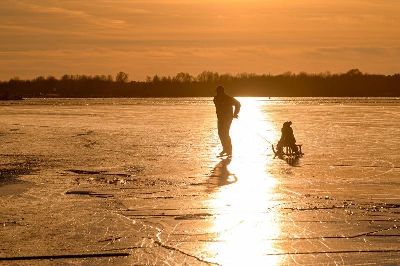 sfeervolle zonsondergang op ijs