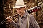 banjospeler walking