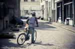 man op mountainbike in straat zutphen