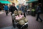 opa met dubbele kinderwagen