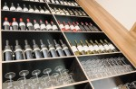 wijnflessen in kast rozet